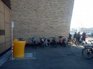Postavitev posode ob parkirišču za kolesa