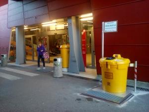 Postavitev posode pred Mercator centrom v Novi Gorici