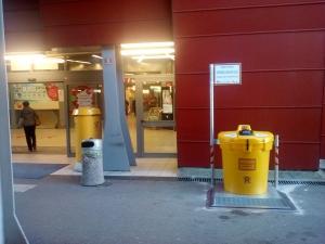 Ob glavnem vhodu pokritega parkirišča
